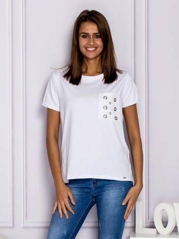 Biały t-shirt z ażurową kieszenią