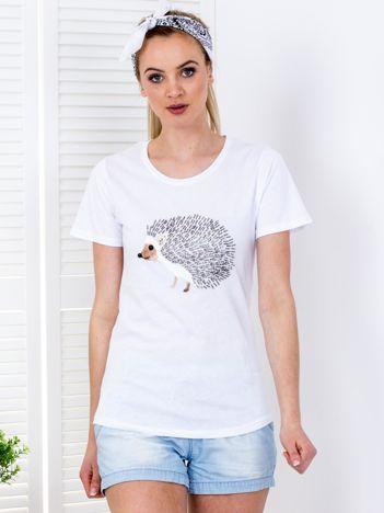 Biały t-shirt z biżuteryjnym jeżem
