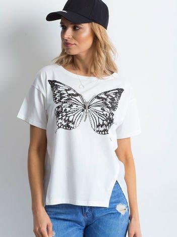 Biały t-shirt z biżuteryjnym motylem i szyfonową wstawką z tyłu