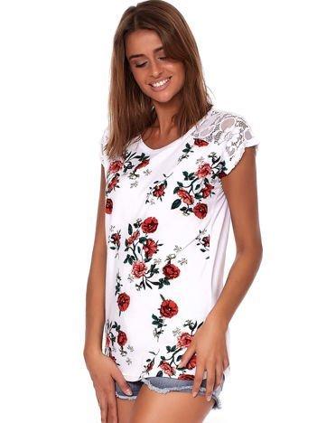 Biały t-shirt z kolorowym kwiatowym motywem