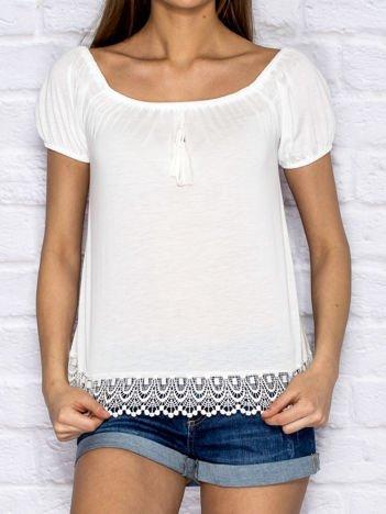 Biały t-shirt z koronkowym wykończeniem