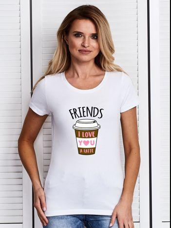 Biały t-shirt z kubkiem kawy