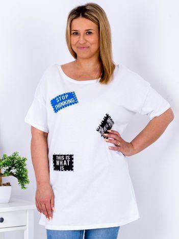 Biały t-shirt z nadrukiem naszywek PLUS SIZE