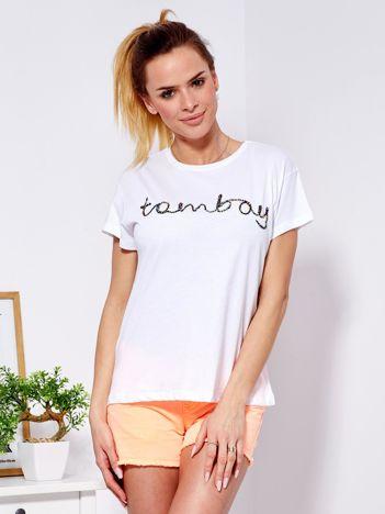 Biały t-shirt z napisem z koralików