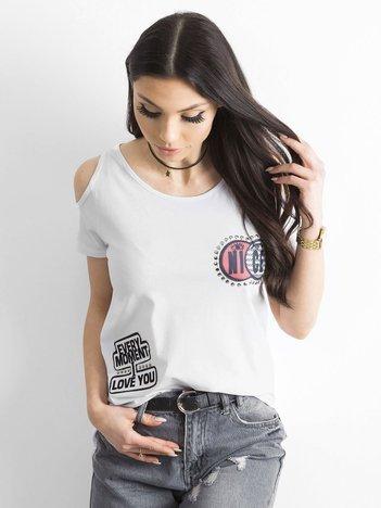 Biały t-shirt z naszywkami