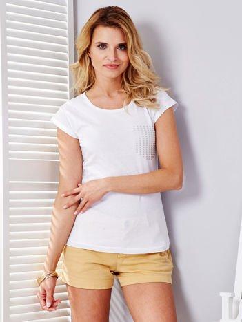Biały t-shirt z srebrnym nadrukiem kieszonki
