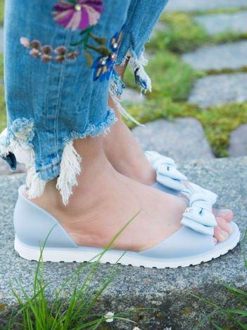 Błękitne sandały Melisy z materiałową kokardką z przodu buta bez palców