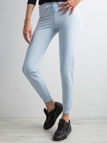 Błękitne spodnie dresowe z troczkami