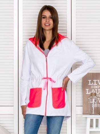 Bluza damska z kontrastowymi kieszeniami biała