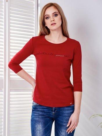 Bluzka ciemnoczerwona z delikatnym tekstowym nadrukiem i dżetami
