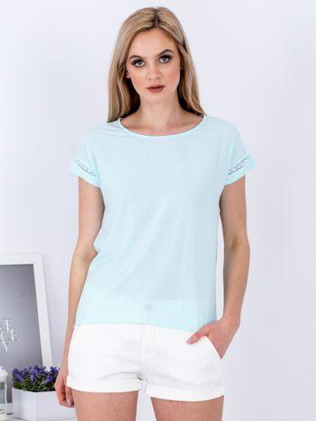 Bluzka jasnoniebieska z ażurowaniem na rękawach