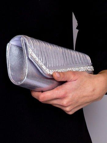 Błyszcząca kopertówka z asymetrią i dzetami srebrna