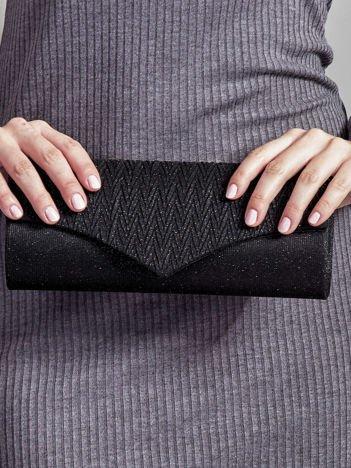 Błyszcząca kopertówka z ozdobną fakturą czarna