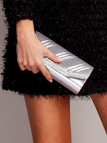 Błyszcząca kopertówka z plisami i dżetami srebrna