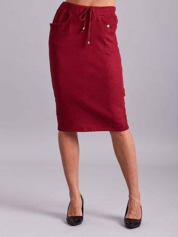 Bordowa prążkowana spódnica z kieszeniami