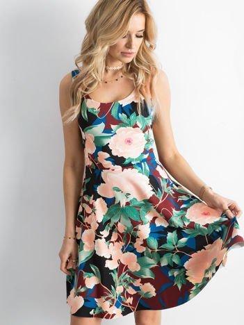 Bordowa sukienka w kolorowe kwiatowe wzory