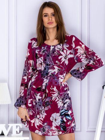 Bordowa sukienka w kwiatowy deseń