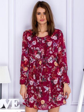 Bordowa sukienka w kwiaty z paskiem