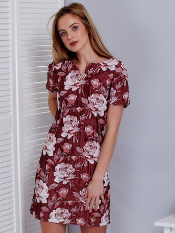 Bordowa sukienka z marszczonego materiału w kwiaty