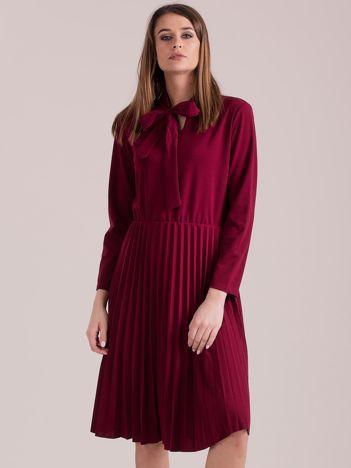 Bordowa sukienka z plisami