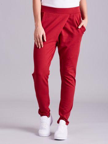 Bordowe kopertowe spodnie dresowe z kieszeniami