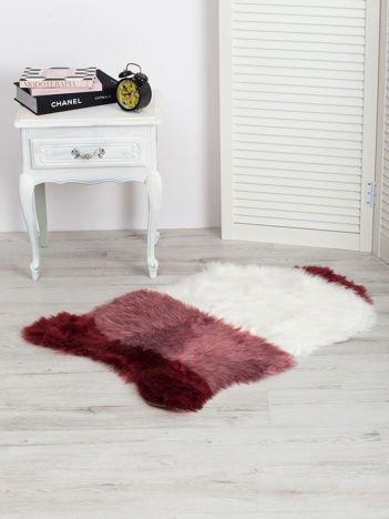 Bordowo-biały futrzany dywanik