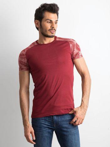 Bordowy t-shirt męski z nadrukiem na rękawach