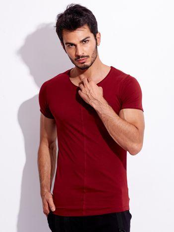 Bordowy t-shirt męski z naszywką z tyłu