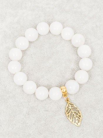 Bransoletka damska biała z perełkami i złotą zawieszką w postaci ażurowago listka