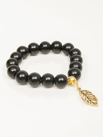 Bransoletka damska czarna z perełkami i złotą zawieszką w postaci ażurowago listka