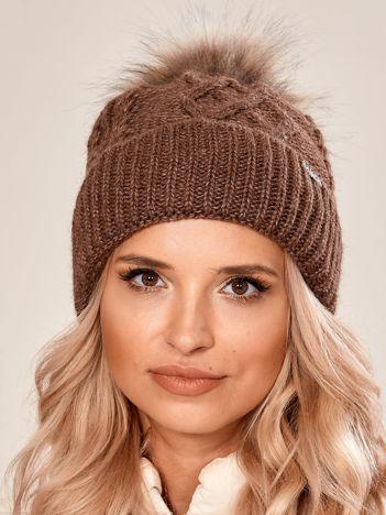 Brązowa czapka w warkoczowy splot