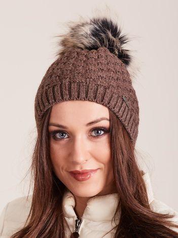 Brązowa czapka zimowa we wzór plecionki