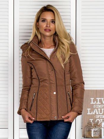 Brązowa kurtka z pikowanymi wstawkami i kontrastową lamówką
