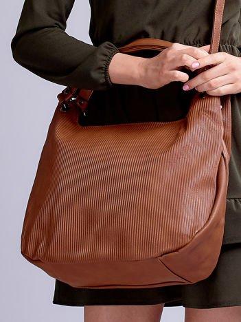 Brązowa miękka torba w wypukłe paski