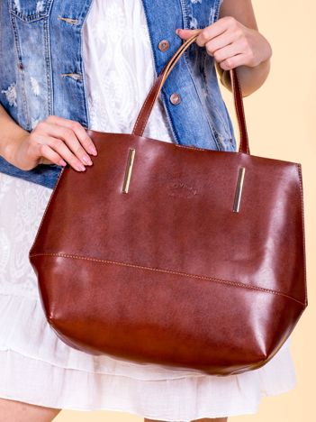 Brązowa skórzana torba damska z ozdobnymi okuciami