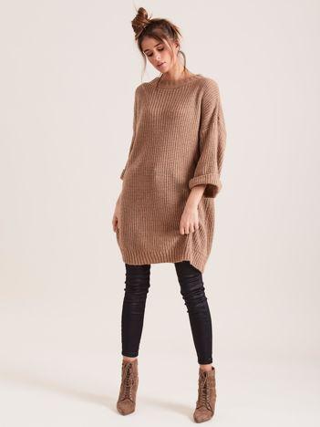 Brązowy długi sweter z dzianiny