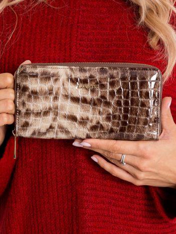 Brązowy lakierowany portfel damski