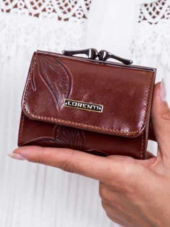 Brązowy portfel w tłoczone motyle