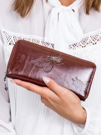 Brązowy skórzany portfel na suwak w motyle
