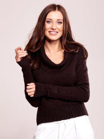 Brązowy sweter damski z miękkim golfem