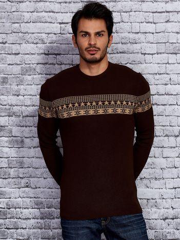 Brązowy sweter męski ze wstawką we wzory