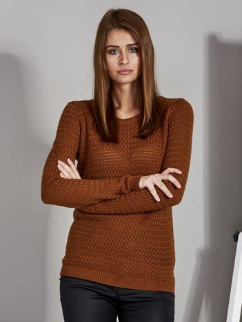 Brązowy sweter z plecionym splotem