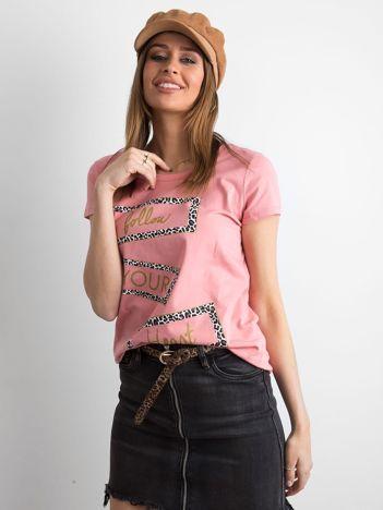 Brudnoróżowy t-shirt z nadrukiem