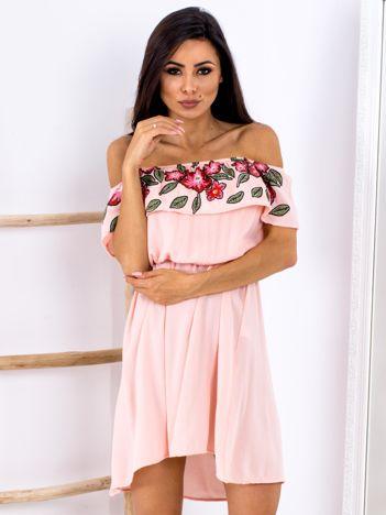 Brzoskwiniowa sukienka hiszpanka z kwiatowym printem