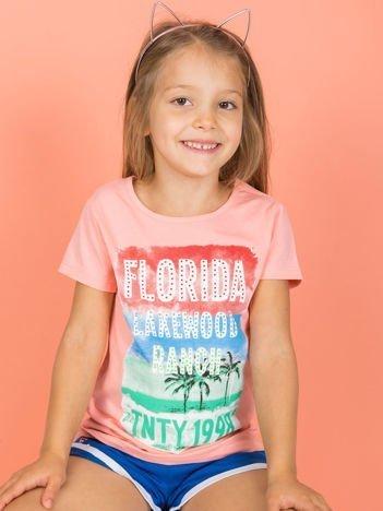 Brzoskwiniowy t-shirt dla dziewczynki z napisami