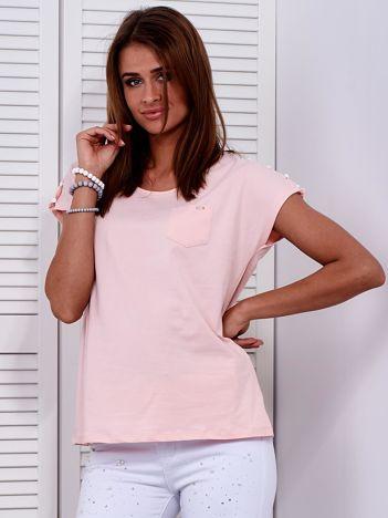 Brzoskwiniowy t-shirt z kieszonką i guzikami na ramionach