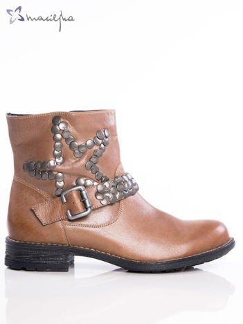 Camelowe botki Maciejka z cholewką za kostkę, ozdobnym paskiem i ćwikami w kształcie gwiazdki na boku cholewki