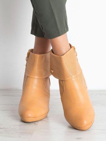 Camelowe botki na słupku Sergio Leone