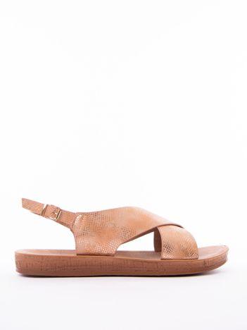 Camelowe sandały Mulanka z tłoczoną fakturą