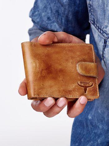Camelowy portfel męski z zapięciem na zatrzask